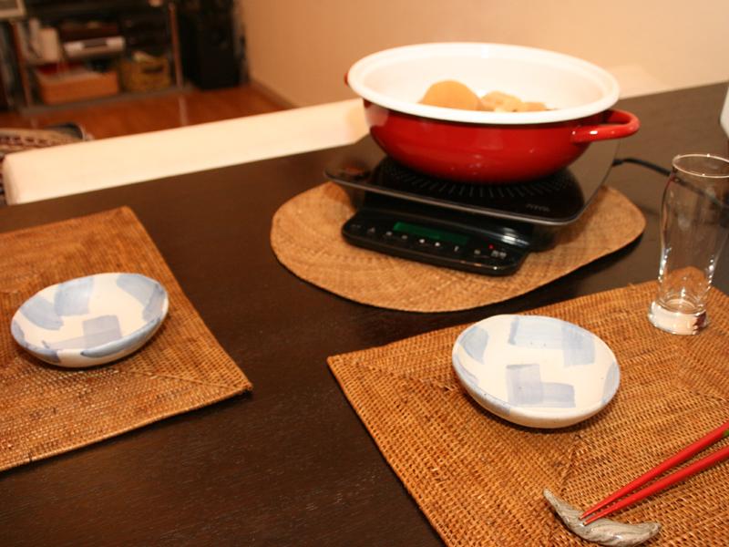 食卓にIHクッキングヒーターを出せば熱々のおでんが楽しめる