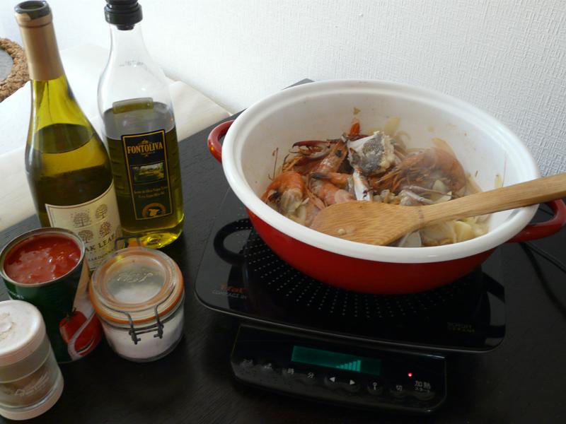 魚介を入れたらワインなどの調味料を順番に加えていく