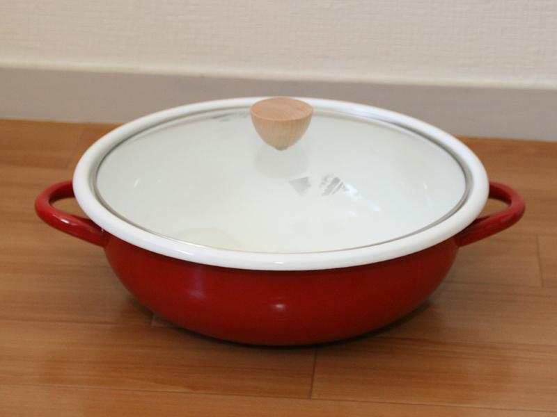 真っ赤なホーロー製の鍋だ