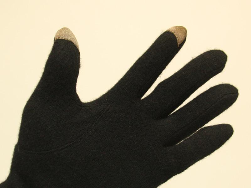 """こちらは別のメーカーのタッチパネル対応手袋。中指に特殊繊維はないので、""""中指使う派""""の私には辛かった"""