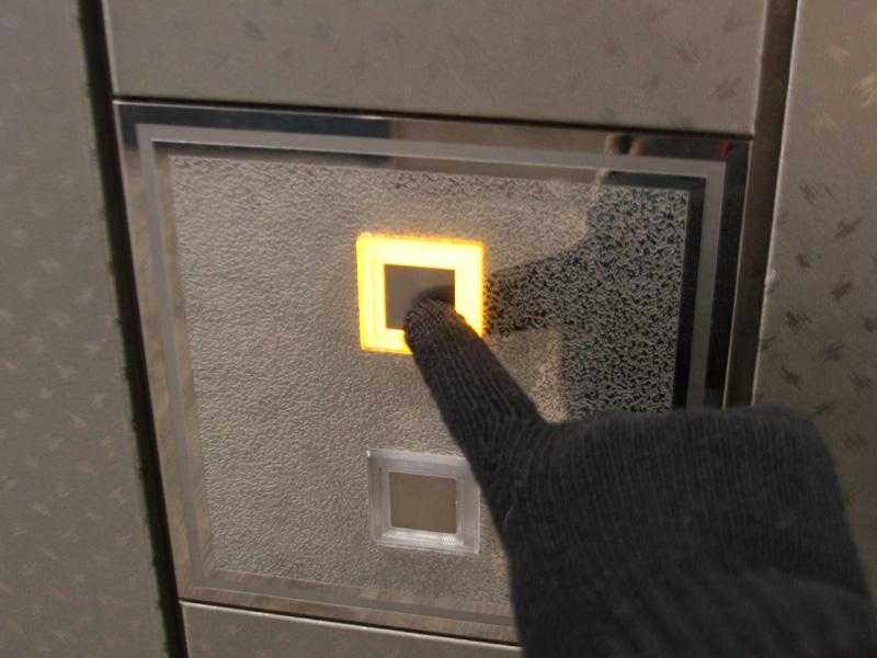 意外なところでは、エレベーターのスイッチ(写真)や、ノートパソコンのタッチパッドにも使えた