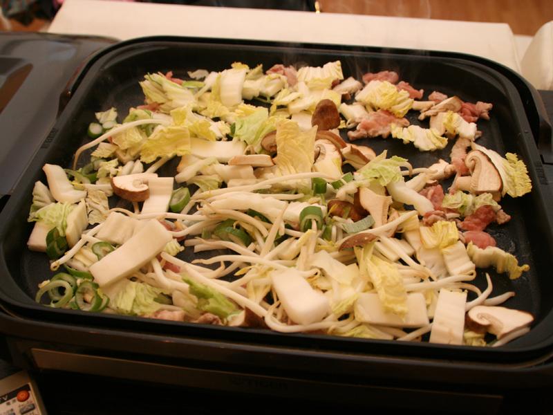 まずは野菜を炒める。プレートが広いので一度に大量の野菜を炒められる