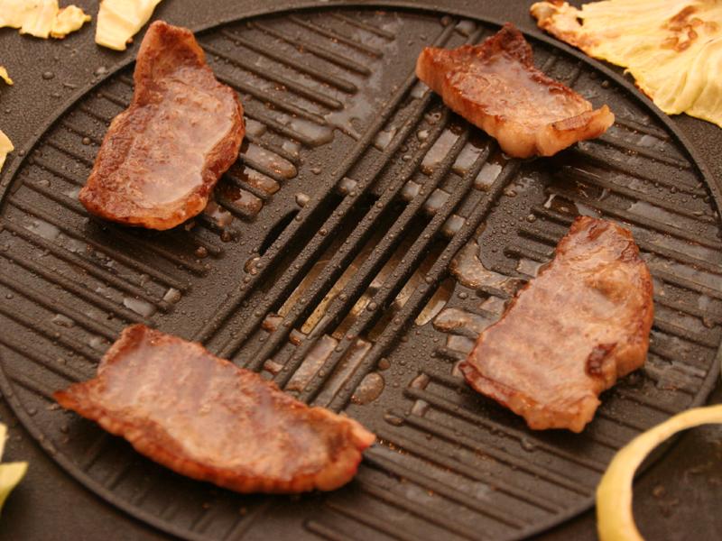 肉から出た脂が中央の水受けに溜まっていく