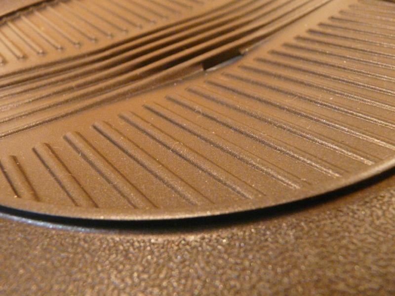 穴の周りの波型部分は中央の穴に向かって傾斜がかかっている