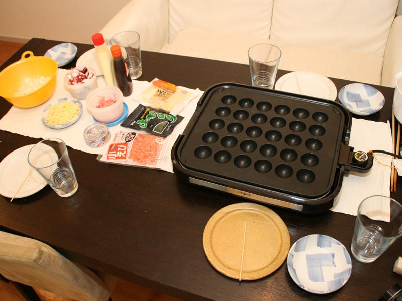 たこ焼きプレートと、たこ焼きの材料をあらかじめ食卓にセット