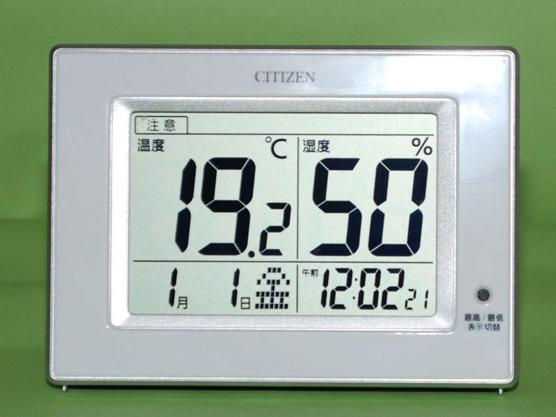 大きな文字は温湿度計。日時と時刻は小さく表示される。これはまだ時刻合わせをしていない状態
