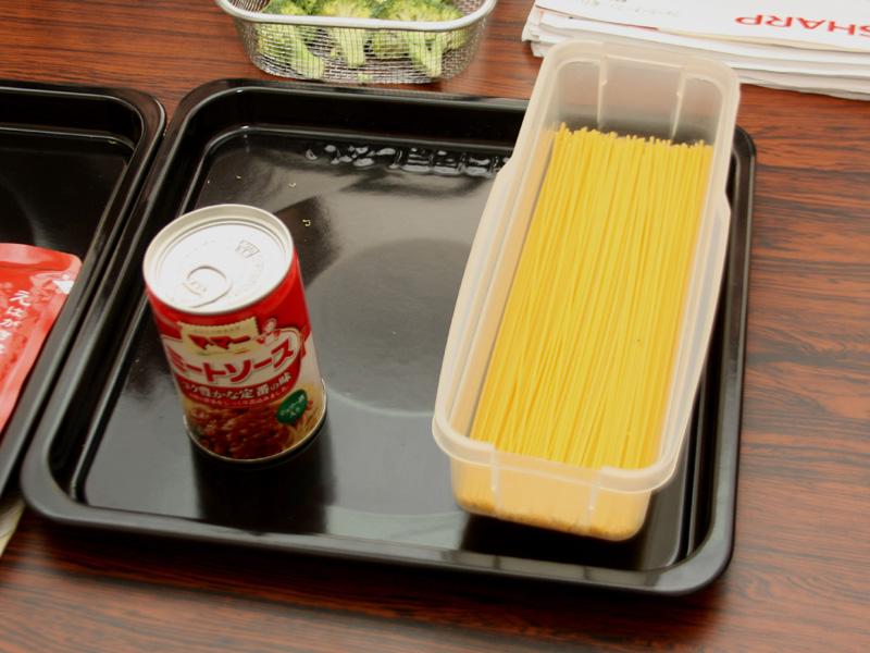 スパゲティとミートソースの缶を同時に温めることもできる