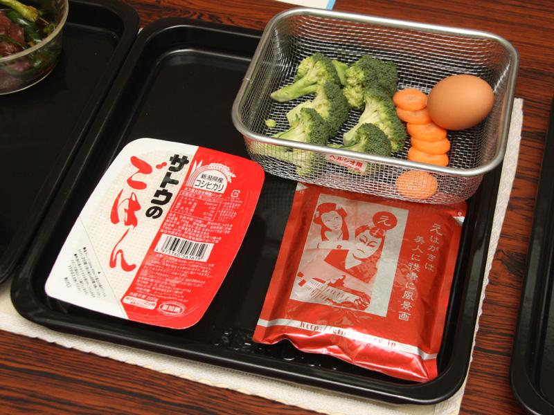 レトルト食品も、同じ皿に載せて調理できる。金ザルにも対応する