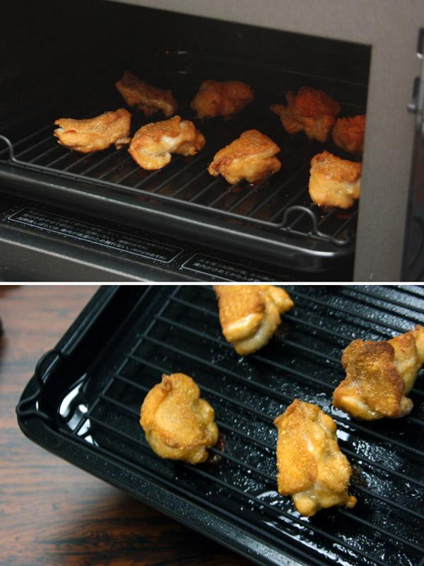 できあがり(写真上)はパチパチと脂が弾ける音がする。また、トレーの底には、肉から流れ出た脂が溜まっている(写真下)
