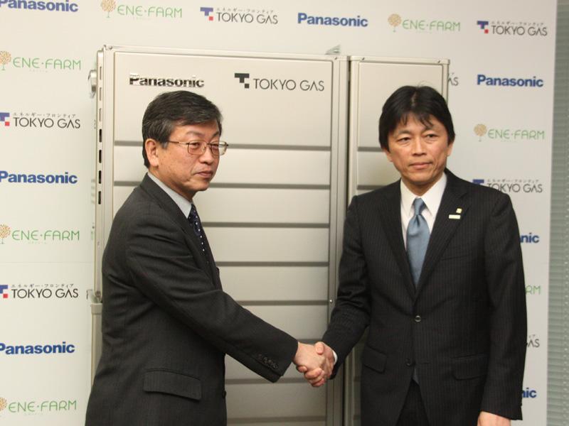 発表会からは、東京ガスの執行役員 燃料電池事業推進部 小林裕昭部長(右)と、パナソニックのホームアプライアンス社 燃料電池プロジェクト 技術グループ 岩佐隆司グループマネージャー(左)が登壇