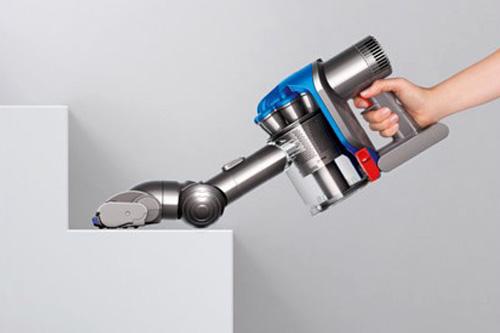 パイプを外して本体にヘッドを取り付ければ、このようにコードレスのハンディ掃除機として使える。ちなみにスイッチは人差し指部にある