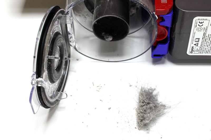 古いスティック型コードレス掃除機で掃除した直後なのに、こんなにゴミが取れた。吸引力に関して十分満足できた