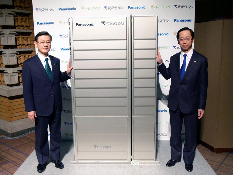 4月1日に発売される、新しいエネファーム。左がパナソニックの大坪社長、右が東京ガスの岡本社長