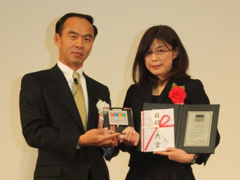 Pieces of Lightをデザインした、主婦の森田文子さん(右)。左はコンペの実行委員長を務めた、カネカの新規事業開発部 有機EL事業開発マネージャー 河野正彦氏