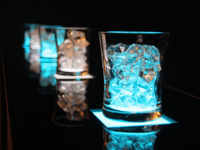 有機ELの光が氷に反射する