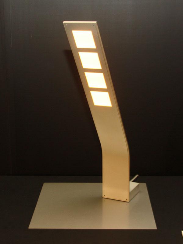 デスクライト。光源に有機ELパネルを4つ採用している