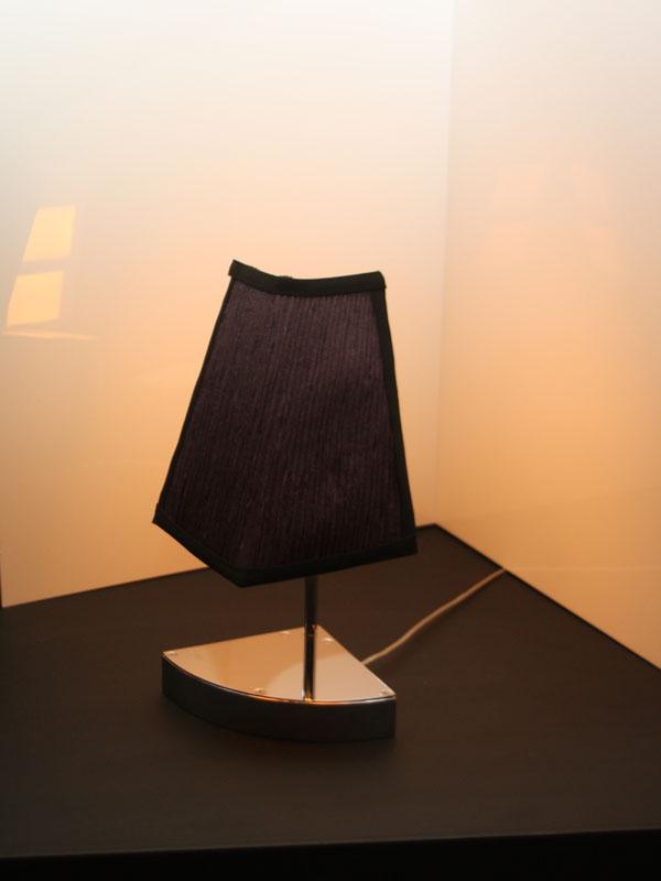 部屋の隅に置く間接光の「シェードランプ」
