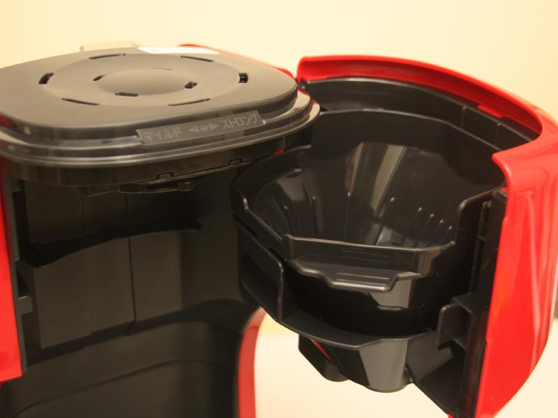 写真の「スイングバスケット」部を開き、中のフィルターケースにコーヒーをセットする。ペーパーフィルターは一般的な1×2サイズを使用する