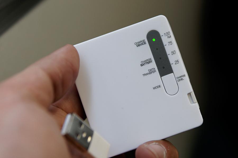 重量70gと軽量。さらに1600mAといい感じの製品。バッテリー残量表示もあり、写真では100%のところでLEDが点灯している