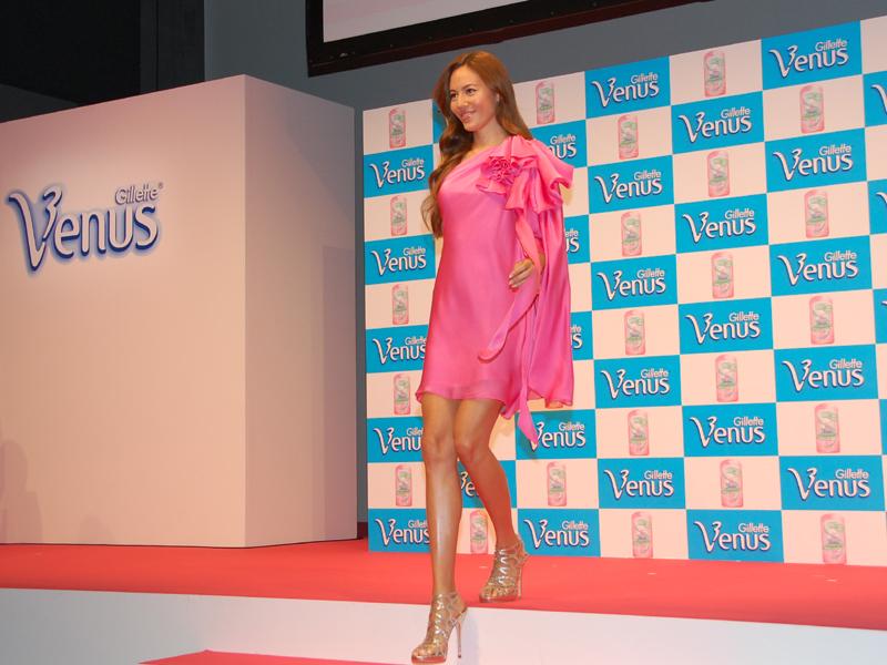 ステージ上に現れた新ブランドキャラクターの道端ジェシカさん