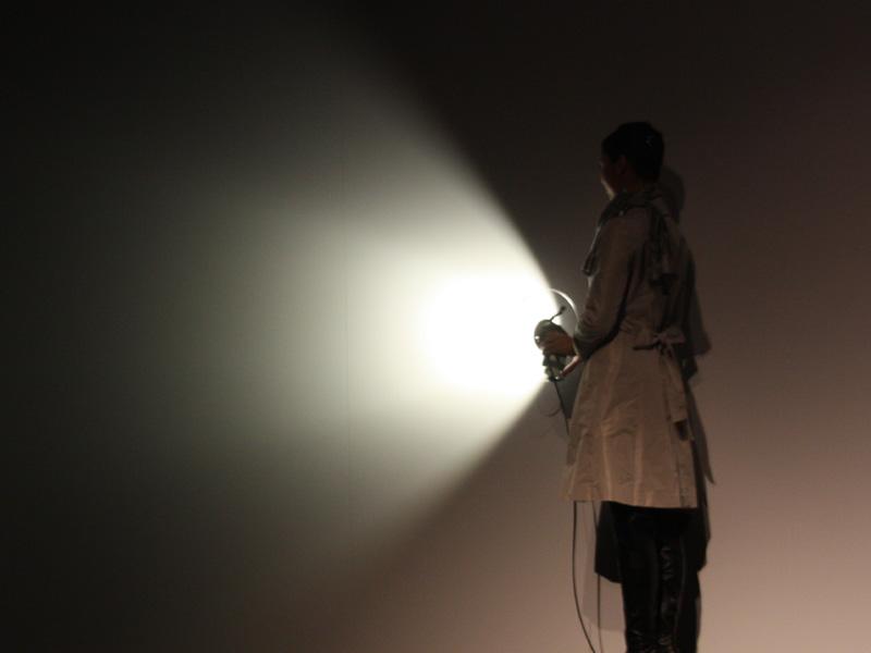 壁面に光を当てたところ。多重影が発生せず、均一な明かりが広がっている