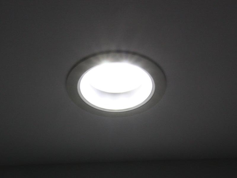 LEDパッケージを複数配置した、従来のダウンライト