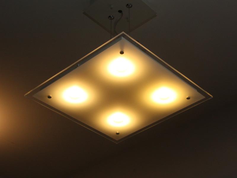 住宅用照明の具体例。写真はペンダントライトの「LGB10984W」。希望小売価格は115,500円で、6月発売予定