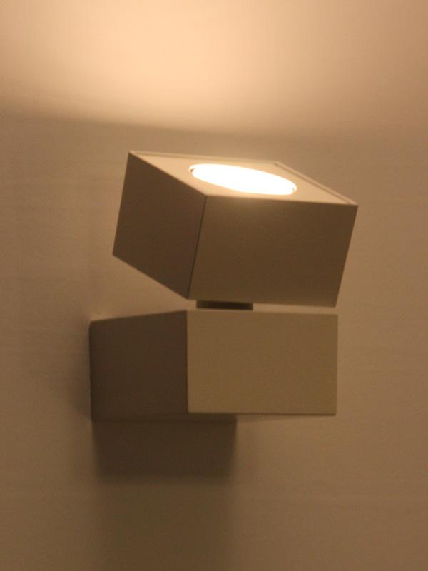 光の向きが自在に調節できる「LEDスポットライト LGB84221」。希望小売価格は24,150円。5月発売予定