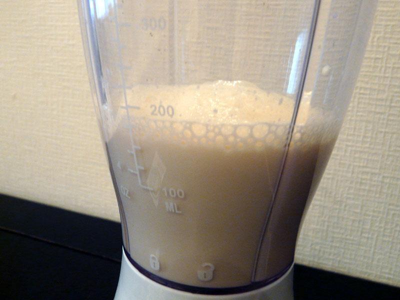 200mlの豆乳を本体容器に入れる。目盛りが付いているので、計量カップなどを用意する必要がない