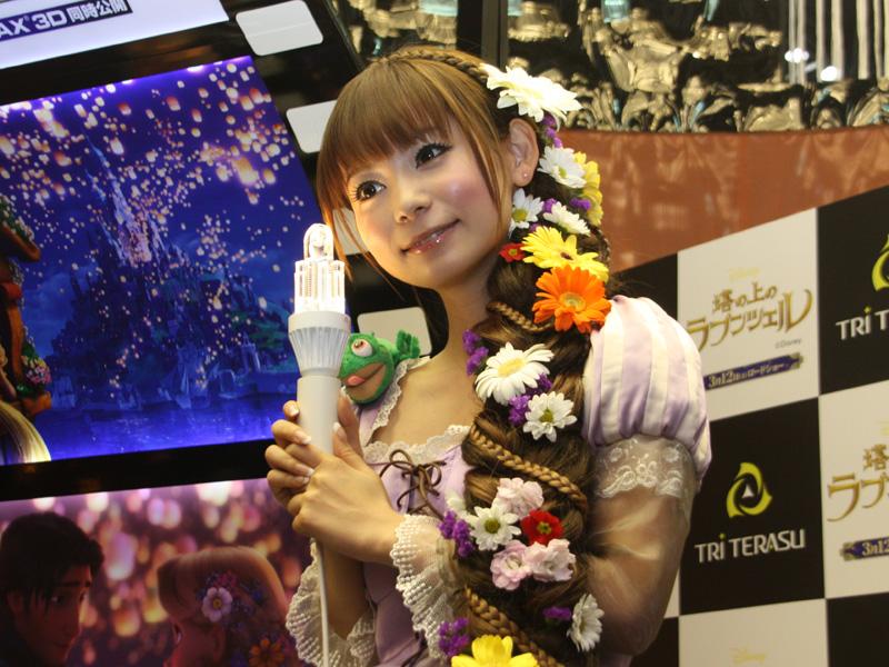 中川翔子さんが手に持っているのが「スマートシャンデリア 調光器対応・高輝度タイプ」
