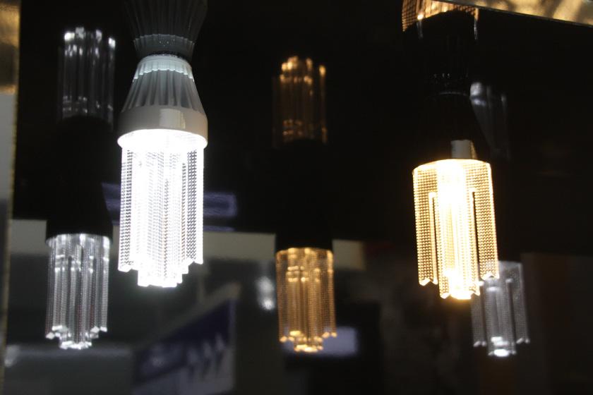 調光器対応・高輝度タイプの使用中のようす。電球色相当と昼白相当の2色が用意される