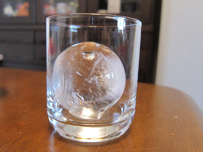 丸く透き通った氷だ