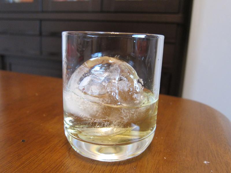 透き通った氷と飲み物の色合いを眺めているのも楽しい