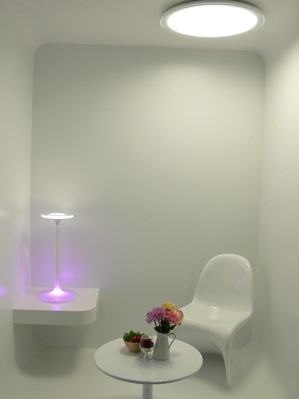 LEDの先行技術を導入した可変色照明システムのシーリングライト。写真は「白色のあかり」。白色はニュートラルで、色の再現性が鮮やか