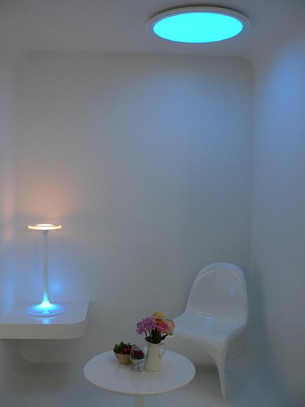 リラックスシーンのあかり。暗めの青い光が沈静効果を促すという。一般的な照明では作れない光色だ