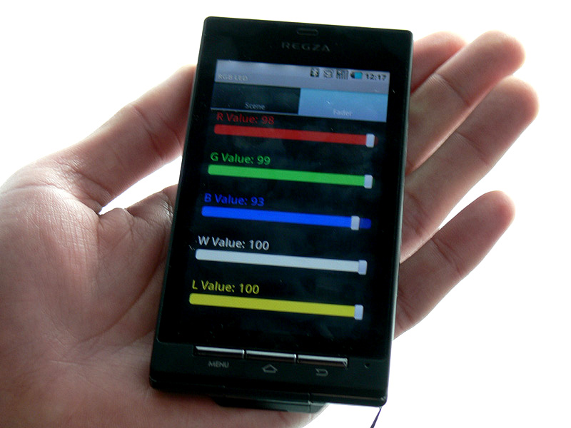 「フェードモード」のリモコンの様子。5色のLEDがそれぞれ100段階で調整可能。好きな光色が作れる。登録もできる
