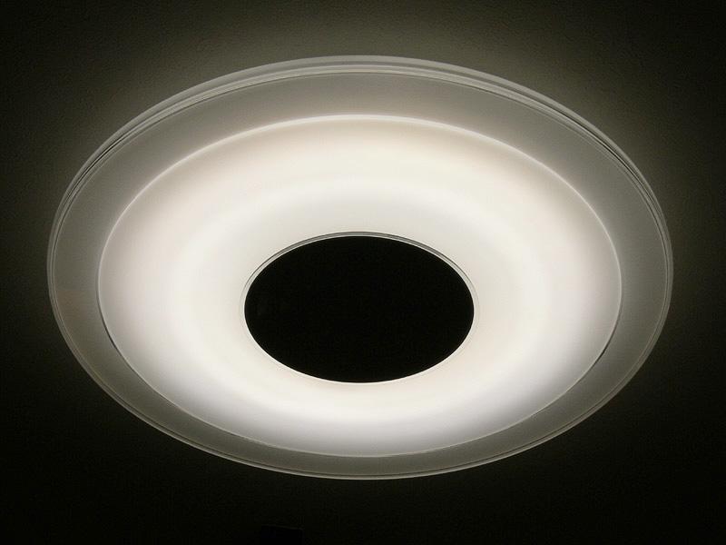 4月15日に発売される、丸型のLEDシーリングライト。導光板が無く、直照式のLEDが内部に円状に配置されている。写真ではLEDの配置がわかるように暗めに撮影している