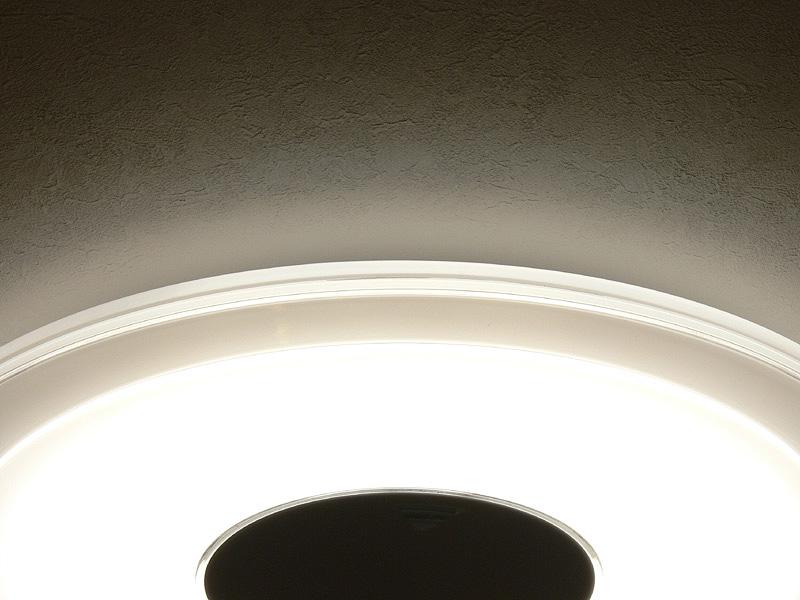 中央にあるLEDの光が、器具のフチを美しく発光させ、天井面も照らし出す
