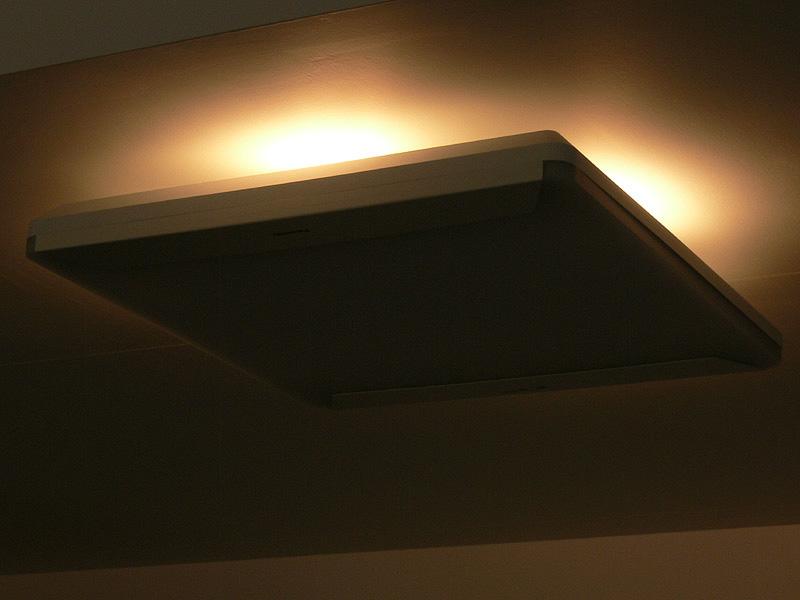 「くつろぎのシーン」の様子。器具の下は消灯するため、部屋全体が柔らかな間接光につつまれることになる