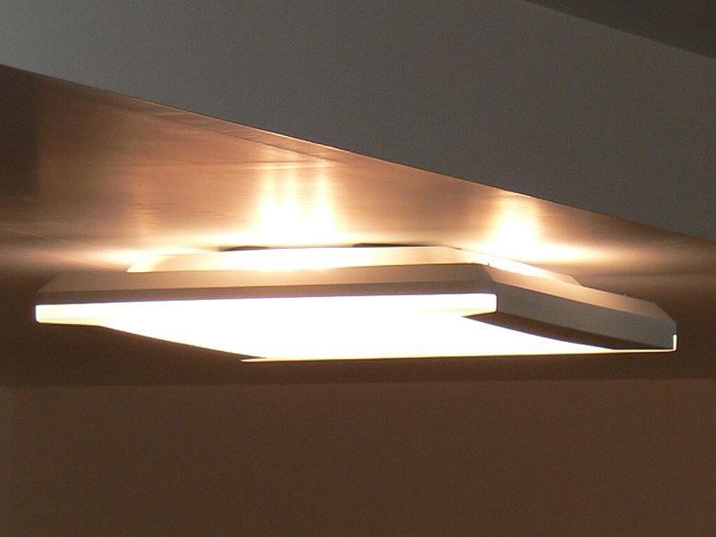 間接光専用のLEDモジュールは、器具のほぼ真横から見ないと見えない