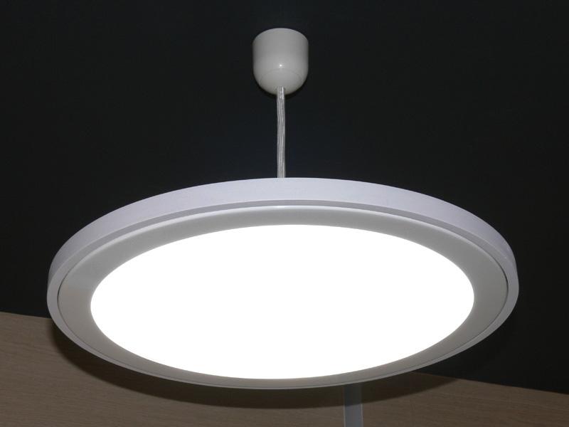 NECライティングのブースで参考出品されていた、LEDのペンダント(天吊)ライト。導光板によって、面発光にはムラができていない