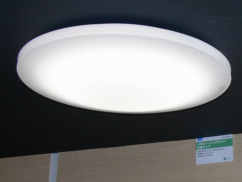 6畳タイプは3段階の調色、100%~10%の調光が可能だ。こちらは中央が膨らんだデザインになっている
