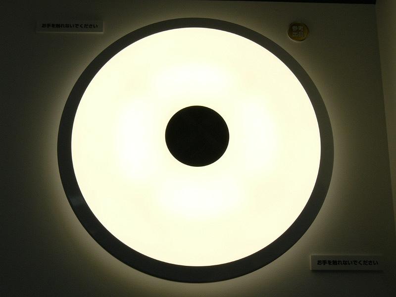 今春に発売される予定の、ロームのLEDシーリングライト。演色性の高い300個のLEDが内蔵されている