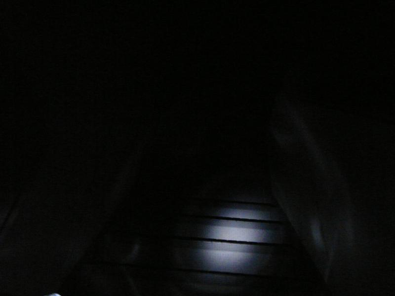 懐中電灯などで照らさないと歩くこともできない