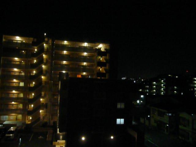 マンションのベランダからの景色。周りもマンションが多く、いつも外は照らされている状態