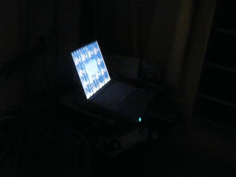 パソコンの画面の明りがあるだけでも安心感が違う