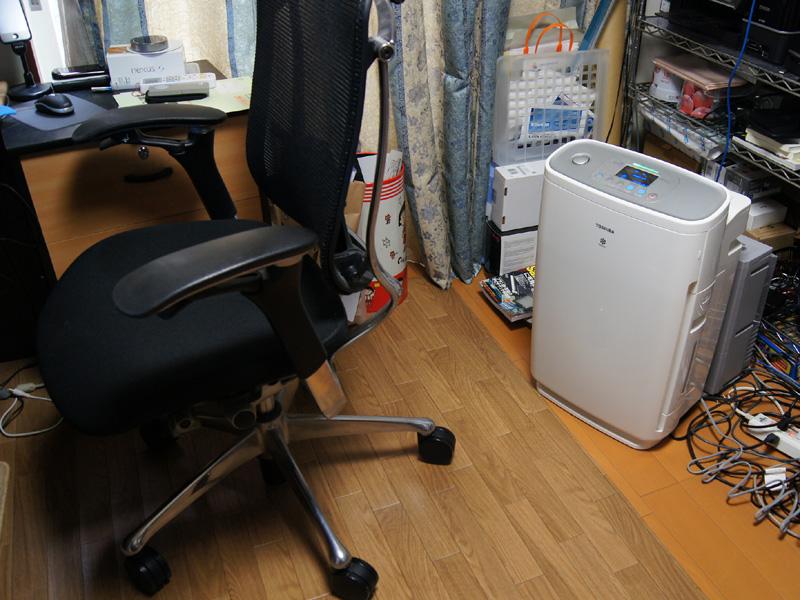 筆者の仕事部屋(6畳ほど)で使ってみた。短時間で部屋の空気をきれいにできるうえ、湿度も素早く上昇させることができる