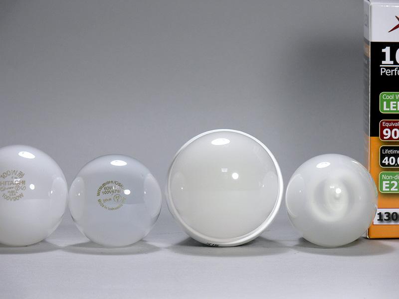 <b>【エクスレディア昼光色】</b><br>直径は70mm(右から2番目)で、100W形白熱電球(左端)より10mm大きい。光源部は半透明な樹脂製だが、LEDチップはほとんど透けて見えない