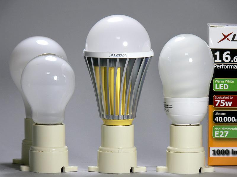 <b>【エクスレディア・電球色】</b><br>こちらは電球色。大きさは昼光色と同じだが、ヒートシンクの内部が黄色で違いがわかりやすい。しかし、ヒートシンクが見える器具には違和感があるだろう