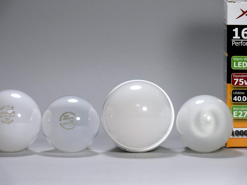 <b>【エクスレディア電球色】</b><br>電球色を上から見たところ。印象は昼光色と全く同じだ